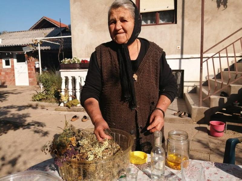 Stojanka Stojković sa svojim biljkama. Foto: S.Tasić/OK Radio