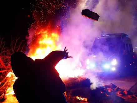 Demonstranti bacali kamenje na autobuse FOTO: Reuters
