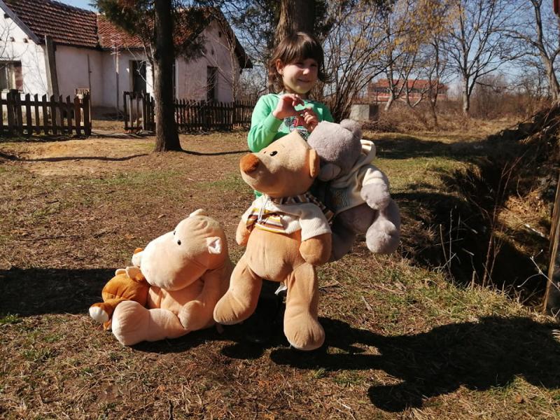 Mala tijana ispred svog novog doma. Foto: S.Tasić/OK Radio