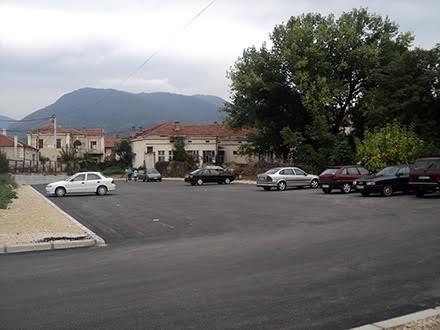 Zabranjeno je parkiranje vozila u zoni putnog zemljišta. Foto: S.Tasić/OK Radio