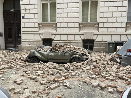 Od jačine potresa srušene su fasade zgrada FOTO: AP