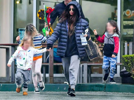 Povela sa sobom i troje dece FOTO: Profimedia