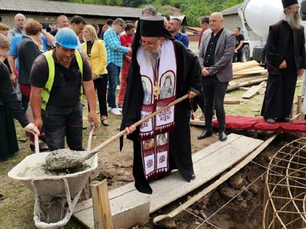 Temelje hrama osveštao je episkop vranjski Pahomije FOTO: vranje.org.rs