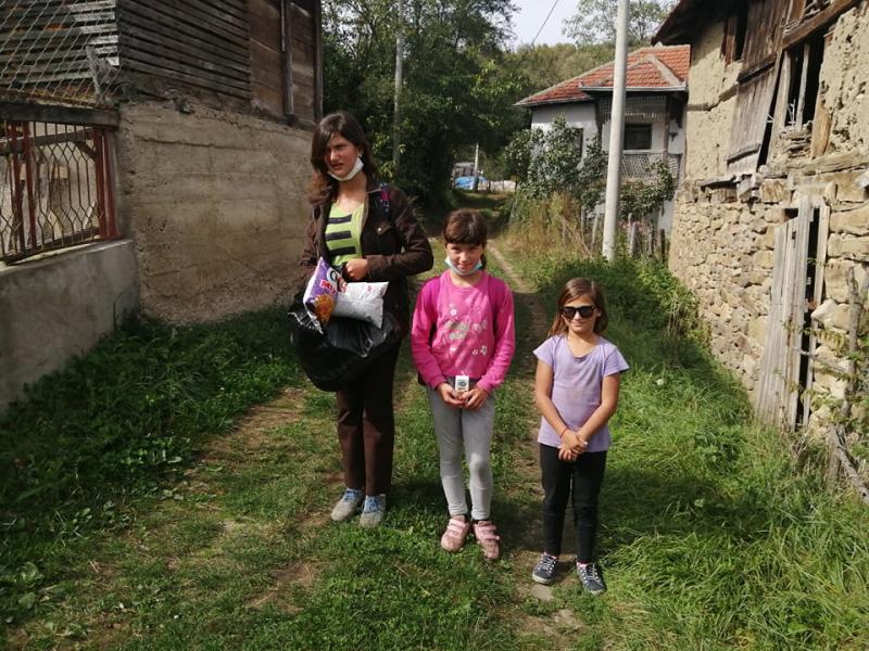 Tri sestre se vraćaju iz škole. Foto: S.Tasić/OK Radio
