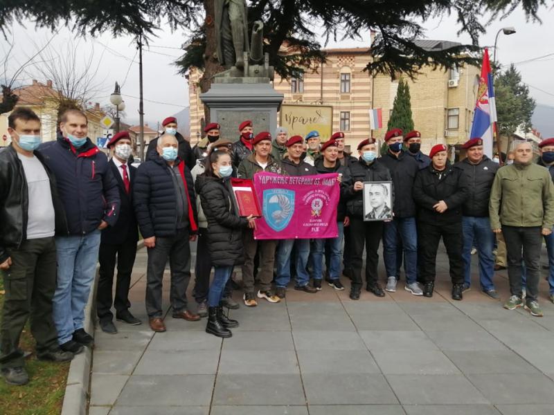 Padobranci i ratni veterani ispred spomenika Čika Miti. Foto: S.Tasić/OK RadioFOTO: S.Tasić/OK Radio