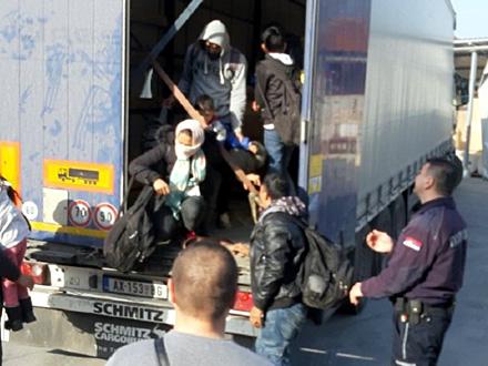 U kamionu šest odraslih osoba i četvoro dece FOTO: Uprava carina