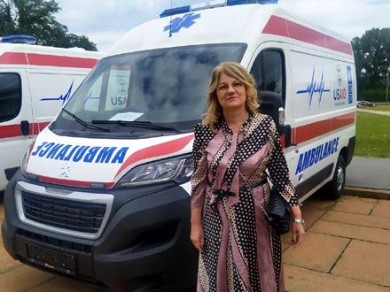 Direktorka ZC Vranje dr Ljiljana Antić dobila ključeve vozila FOTO: ZC Vranje