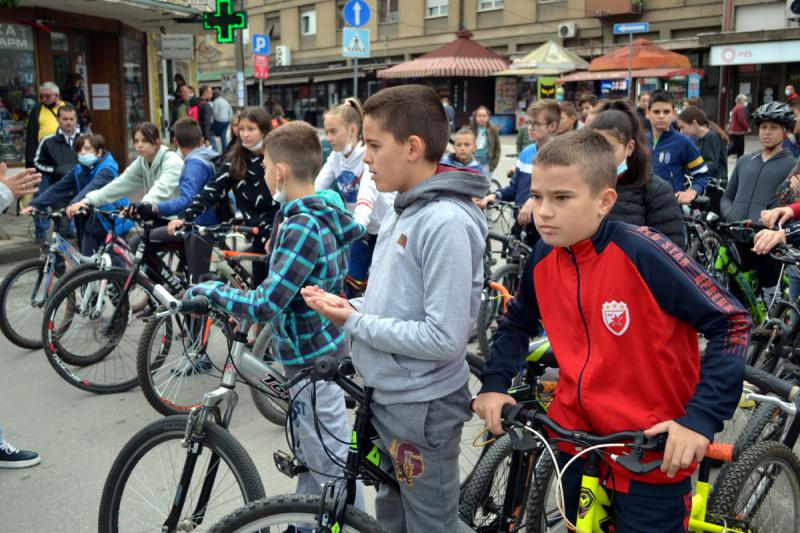 Predškolci i školarci na biciklima i rolerima FOTO: G.Mitić/OK Radio