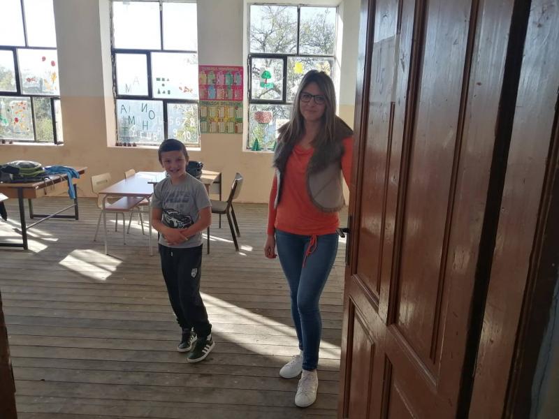 Nikola sa učiteljicom Jasminom. Foto: S.Tasić/OK Radio