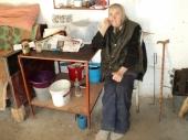 Novica spasio Jelku i primio je u svoj dom: Starica živela u rupi, jela divlje jabuke i grejala se uz životinje (FOTO)
