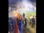 Zbog penala Antić povukao ekipu sa terena, pa usledio haos i napad navijača na igrače Dinama (VIDEO)
