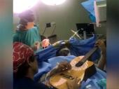Džez muzičar svirao gitaru dok su mu operisali tumor na mozgu VIDEO
