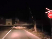Podignuta rampa na pružnom prelazu, voz uveliko prolazi! (VIDEO)