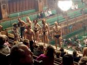 Polugoli demonstranti prekinuli sednicu britanskog parlamenta