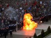 Haos u Tirani: Više policajaca i demonstranata povređeno tokom protesta (VIDEO)
