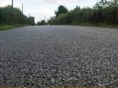 VIDEO: Rukom kopao rupu u novom asfaltu, gradonačelnik tvrdi da put još nije gotov