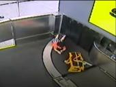 Dramatična vožnja dvogodišnjaka na aerodromskoj traci (VIDEO)