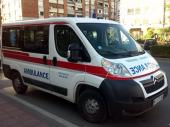 Prevrnuo se auto u Nišu: Udarili u zaštitnu ogradu, povređena žena (38) i petorica dečaka
