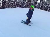 ČUDO OD DETETA! Ovaj dečak ima samo dve godine, a skija poput profesionalca! (VIDEO)