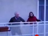 Baka i deka na terasi pokazali šta znači ljubav u doba korone VIDEO