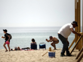Dron nadleće ležaljke: Grci pohrlili na plaže, čekali u redu da zauzmu mesto pod suncem