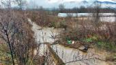 Vanredna odbrana od poplava kod mosta u Ćukovcu, poplavljeno dvadesetak domaćinstava u Vranju i Banji