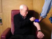 Majkl Kejn i Elton Džon u reklami o vakcinaciji protiv kovida-19
