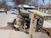 Prevrnuo se kamion sa peskom: Jedna osoba teško povređena