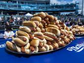 Amerikanac pojeo 76 hot dogova za 10 minuta i oborio sopstveni rekord