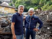 Džordž Kluni išao od kuće do kuće i pomagao ljudima u saniranju štete uzrokovane jezivim poplavama VIDEO