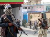 Proglašen Islamski emirat; Ljudi i dalje beže; Američki vojnici na aerodromu, naoružani talibani ispred