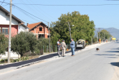 Radovi na asfaltiranju trotoara u selu Neradovac