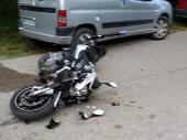 Maloletnik pao sa motocikla i udario u auto, prebačen u KC Niš