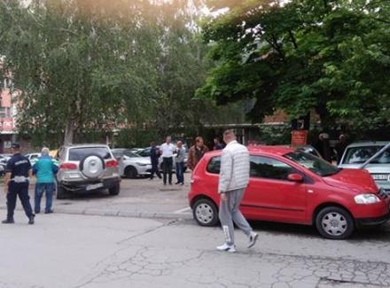 POLOM oštetio ČETIRI AUTOMOBILA